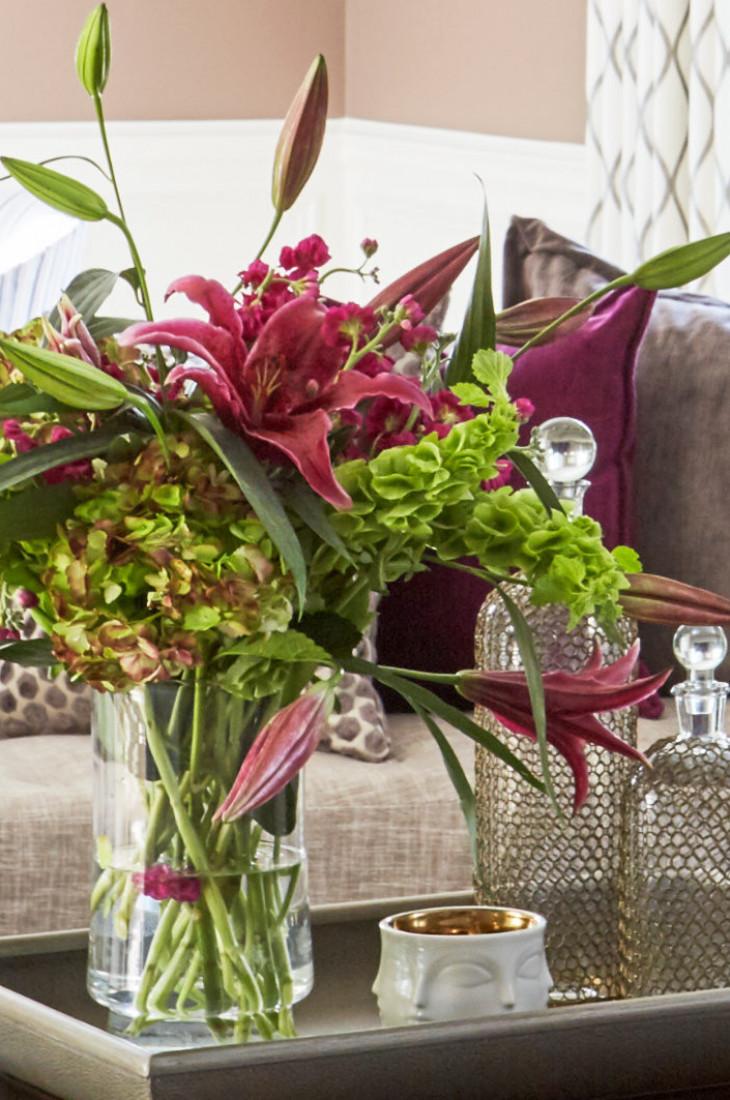 flowers-in-vase-on-tray-living-room-design